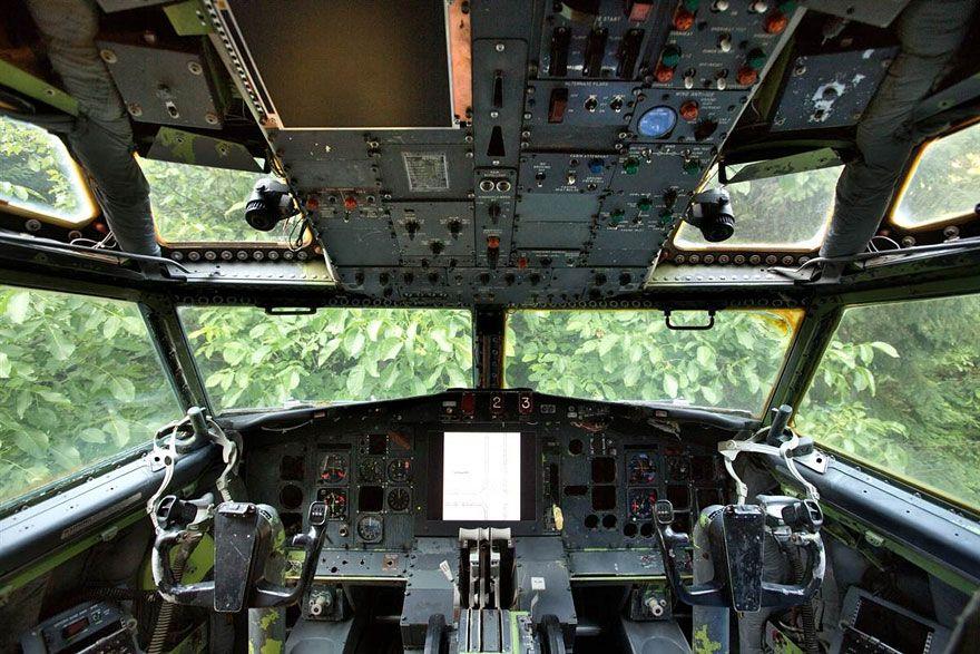 uomo-vive-dentro-aereo 5