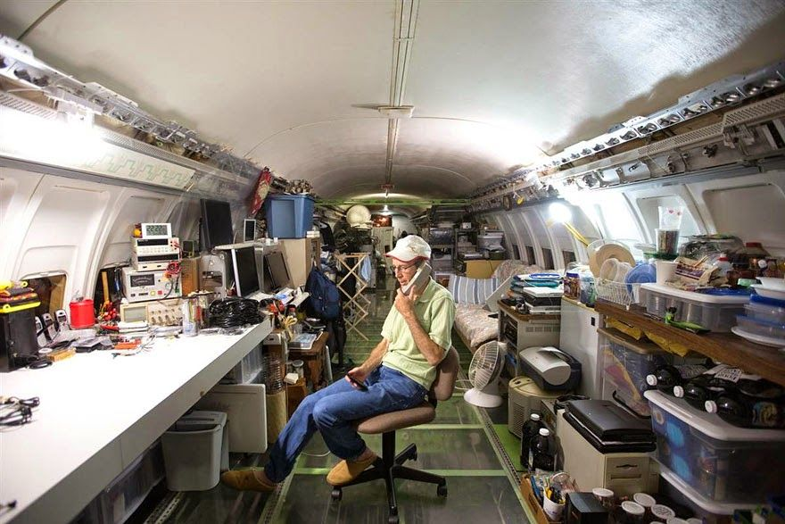 uomo-vive-dentro-aereo 8